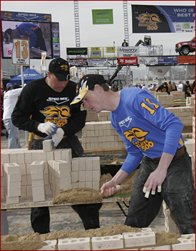 Garrett Hood and his tender, Kevin Hallman, in action at the 2008 Spec Mix Bricklayer 500.